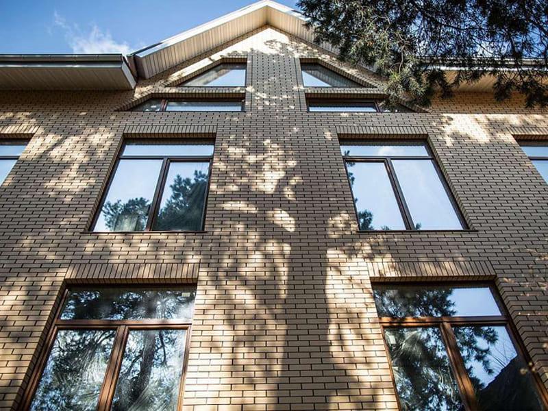 Остекление окнами ПВХ кирпичного дома в Томске